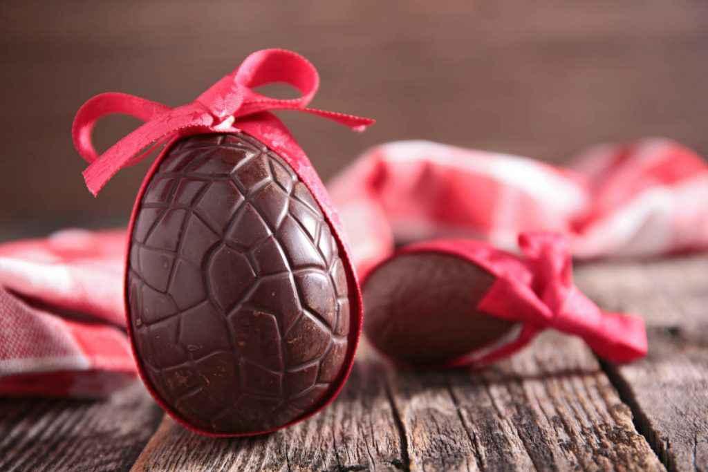 uovo di pasqua di cioccolato fondente fatto in casa