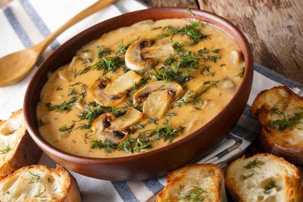 ciotola di zuppa di funghi con patate
