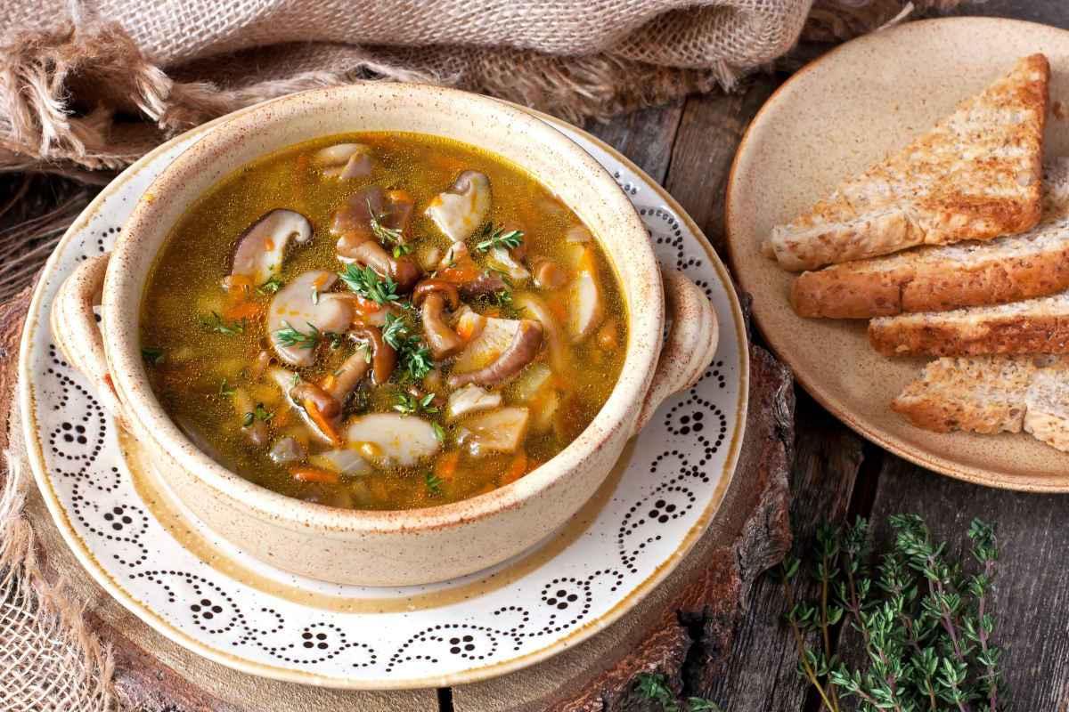 zuppa di funghi misti in coccio di ceramica
