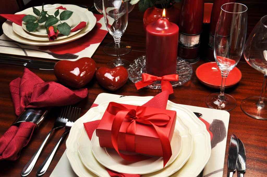 menu di san valentino con tavola decorata a tema