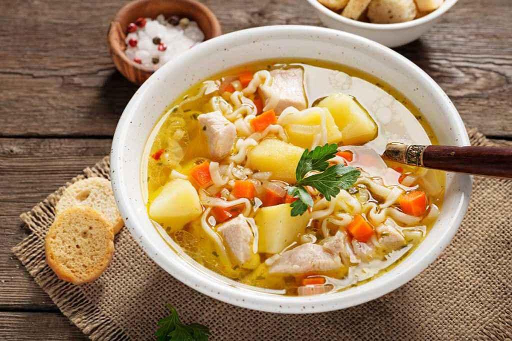 Zuppa di pollo con noodles