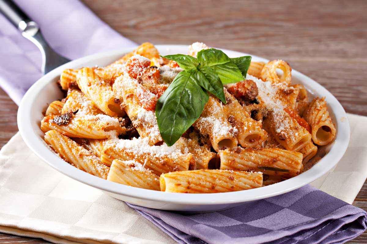 Pasta ncasciata siciliana con ragù di carne e melanzane