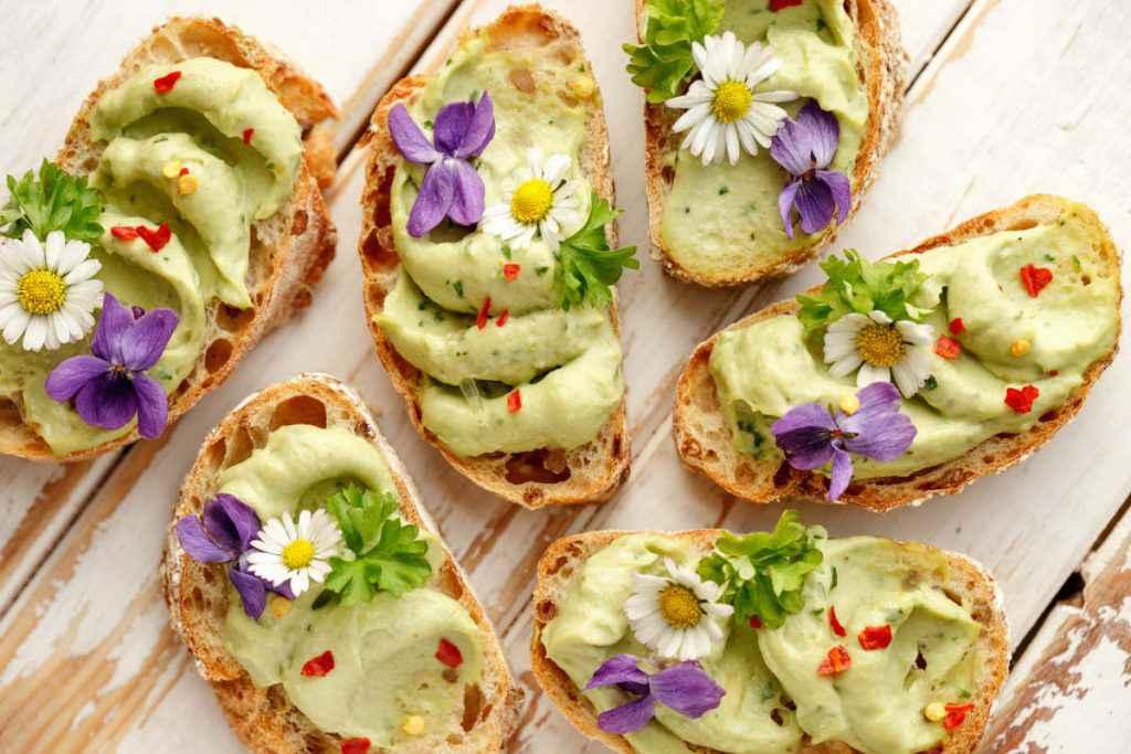 ricette primaverili con verdure di stagione, crostini con fiori edibili