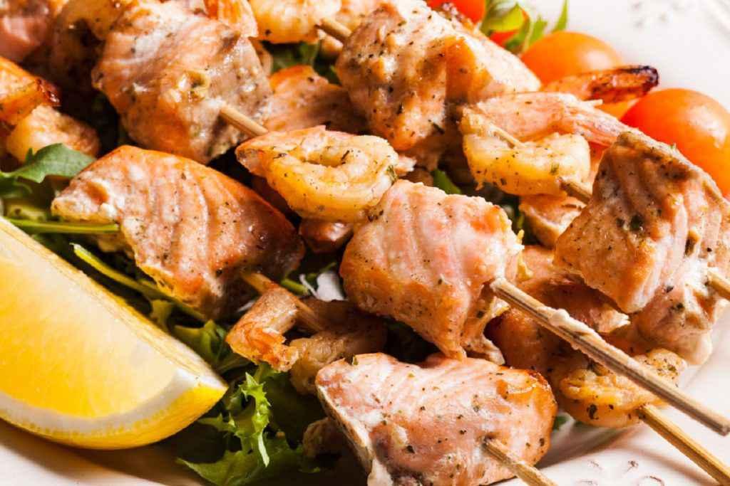 Spiedini di pesce con salmone e gamberi