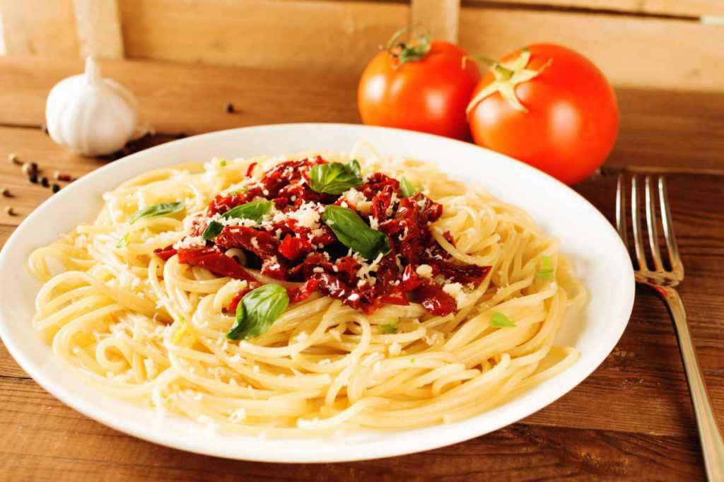 spaghetti con pomodori secchi