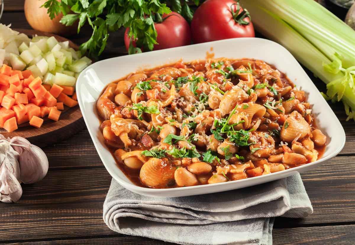 Pasta e fagioli con carote, prezzemolo, aglio e sedano