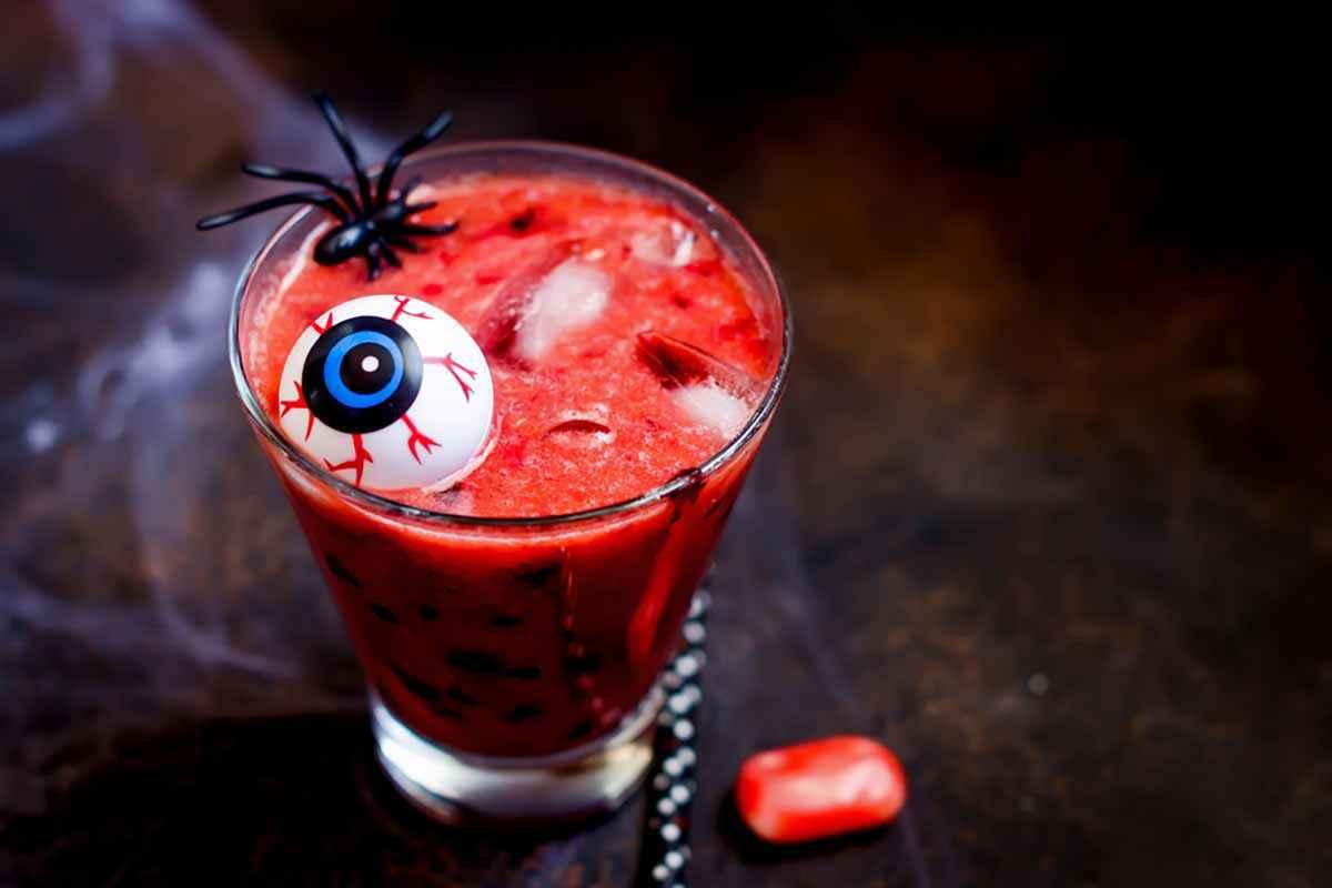 Cocktail rosso per bambini per la festa di Halloween