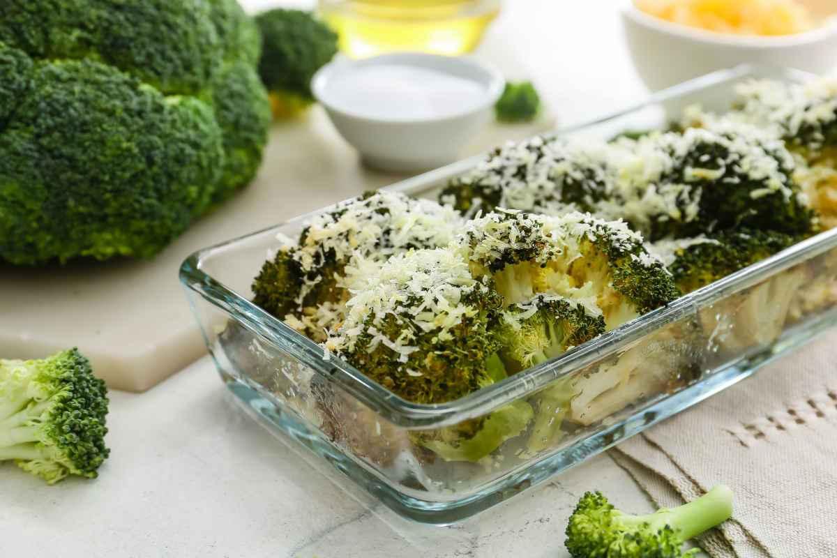 pirofila in vetro con broccoli gratinati al forno