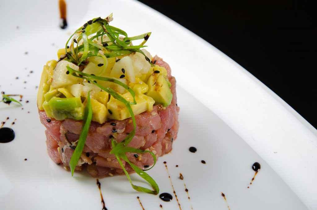 porzione di tartare di salmone con avocado