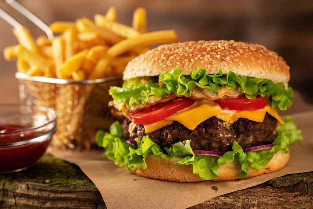 Hamburger di carne tradizionale con patatine fritte