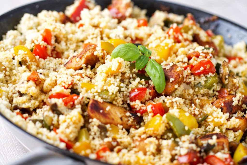 Piatto di cous cous freddo con pollo e verdure