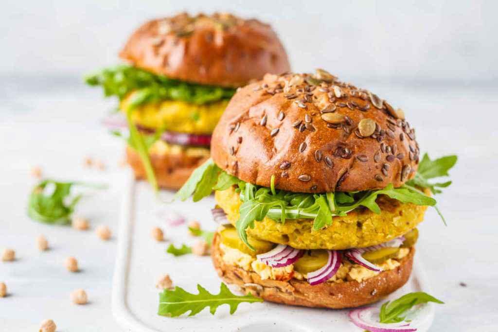 burger di ceci in un panino farcito
