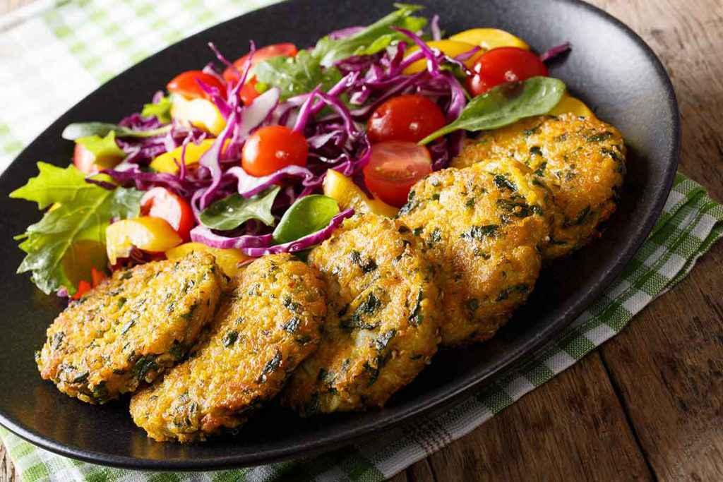 Hamburger di quinoa con contorno di verdure