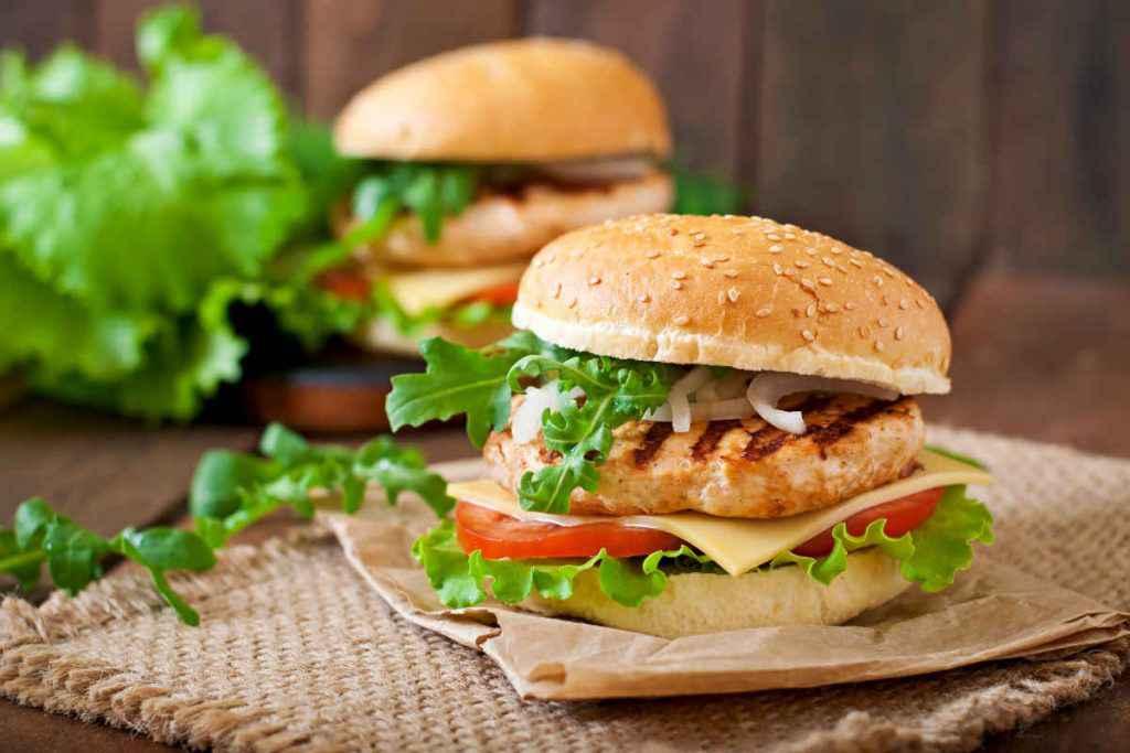 panino con hamburger di pollo alla piastra