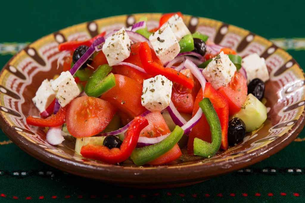 Insalata greca con feta, pomodori e peperoni