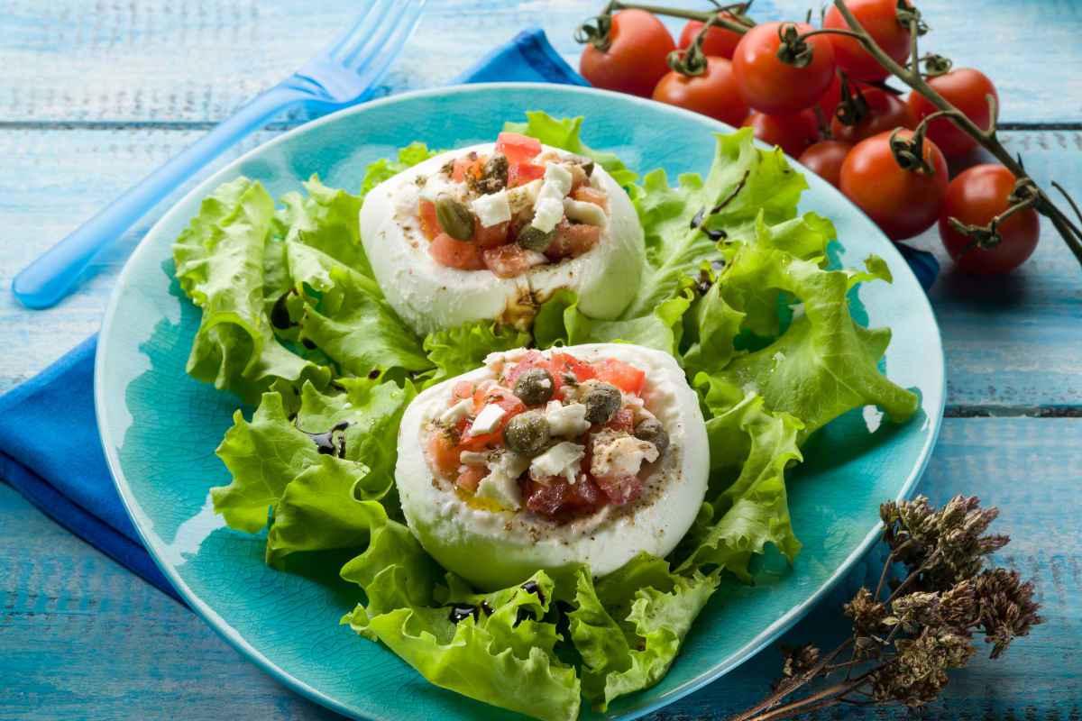 piatto con mozzarella ripiena di verdure su letto di insalata