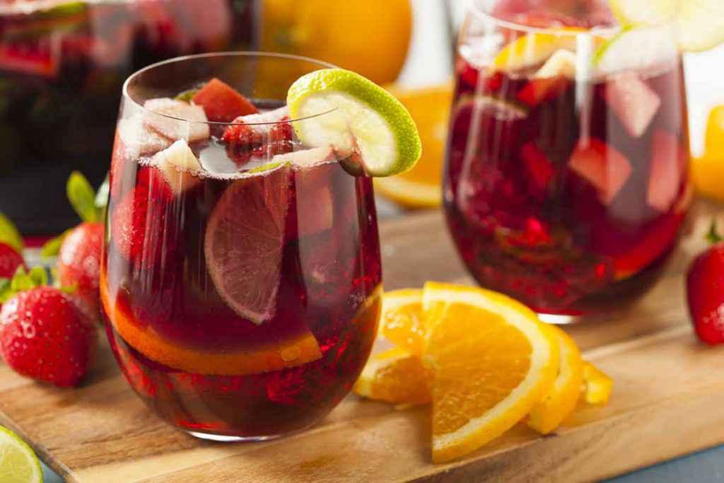 Bicchiere di sangria e frutta