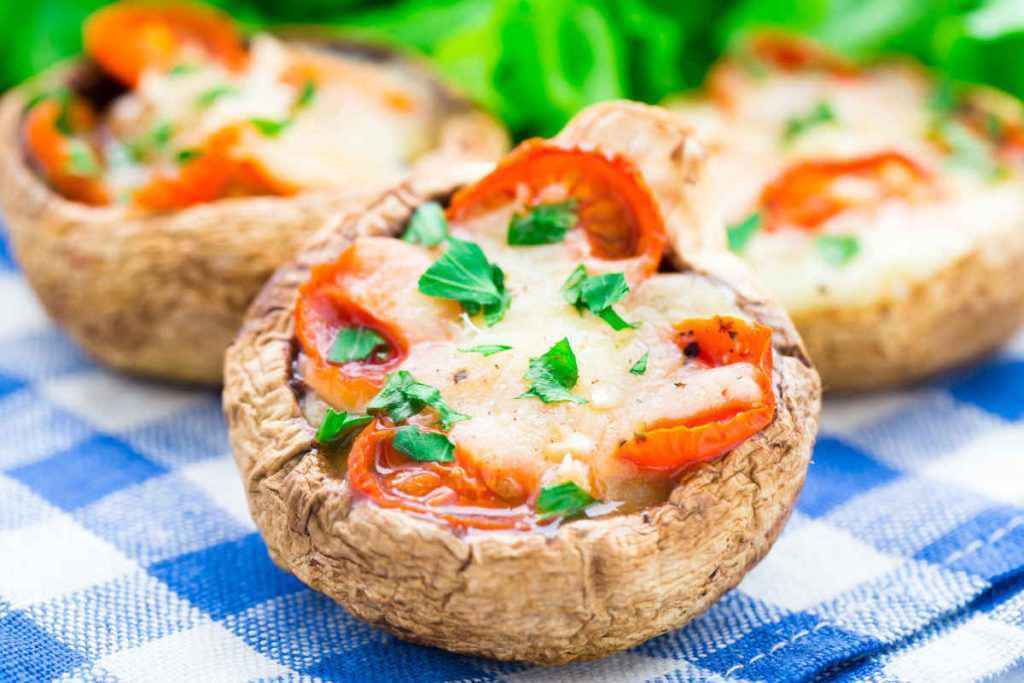 teste di funghi ripieni di mozzarella e pomodori