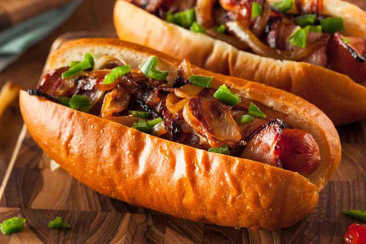 hot dog con bacon farcito con bacon e cipolla