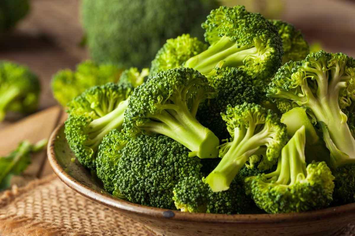 cime di broccoli in un piatto di coccio per la guida su come cucinare i broccoli