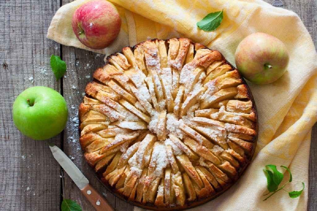 Torta di mele classica con zucchero a velo