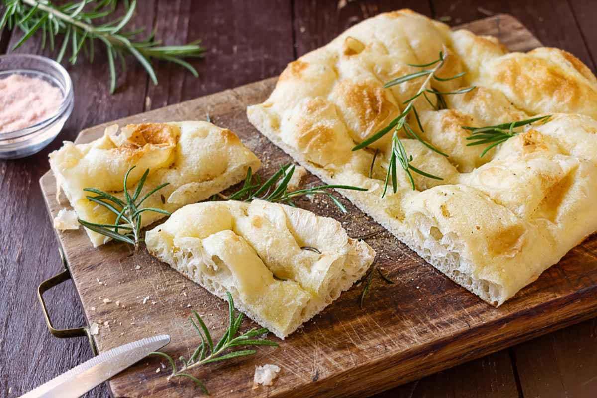 Focaccia ripiena di prosciutto e mozzarella