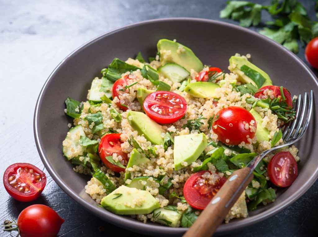 Insalata di quinoa e avocado con pomodorini rossi