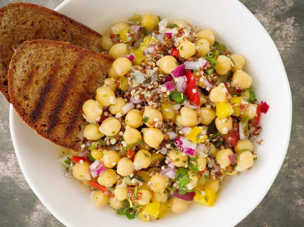 Insalata di quinoa e legumi con ceci