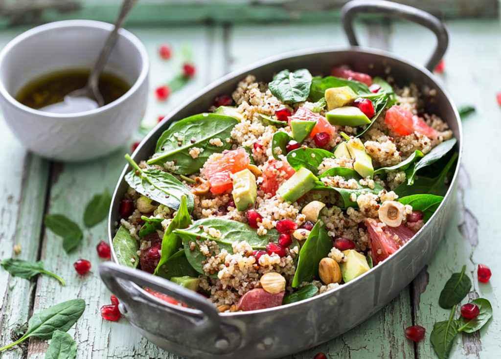 Insalata di quinoa con verdure di stagione