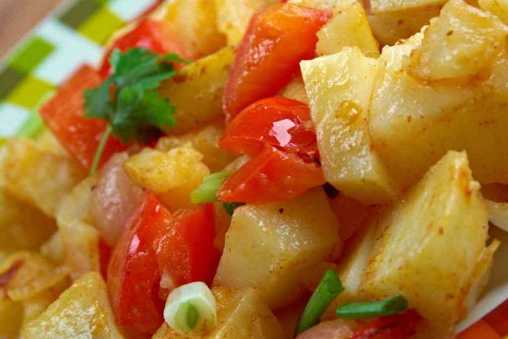 peperoni e patate appena spadellate nel piatto