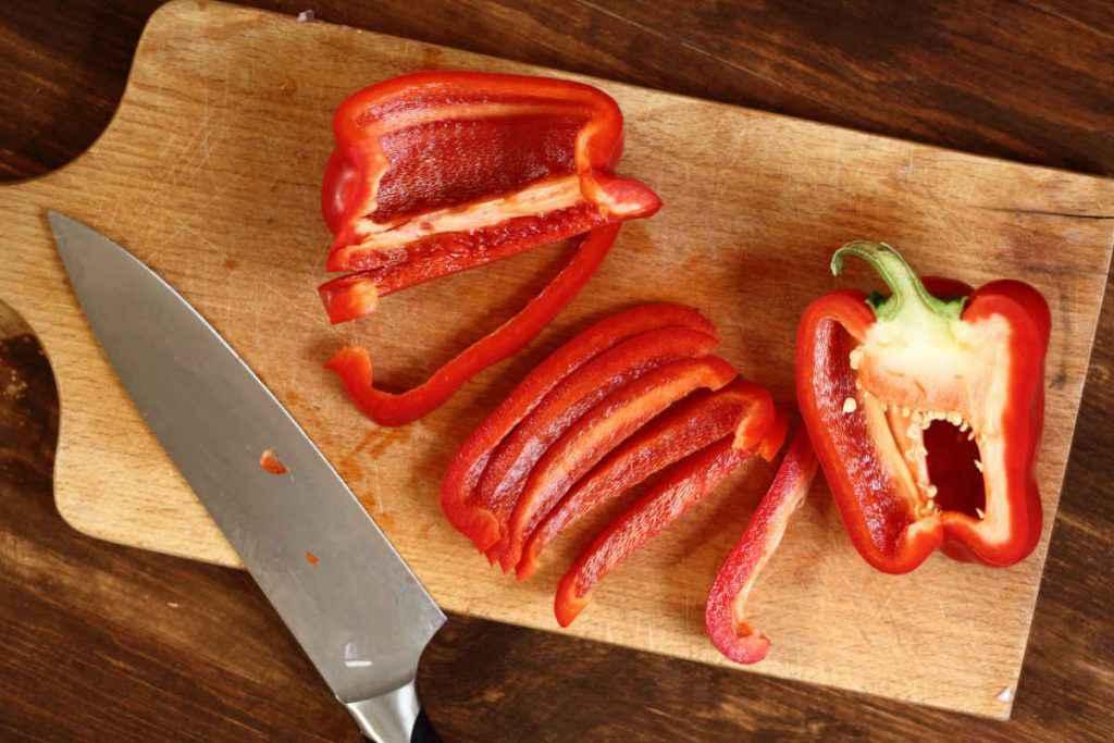 tagliere con peperoni per ricette in padella e al forno