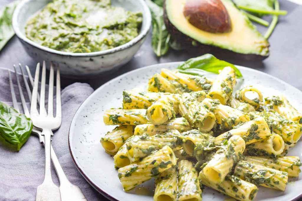 Piatto di pasta con pesto di avocado