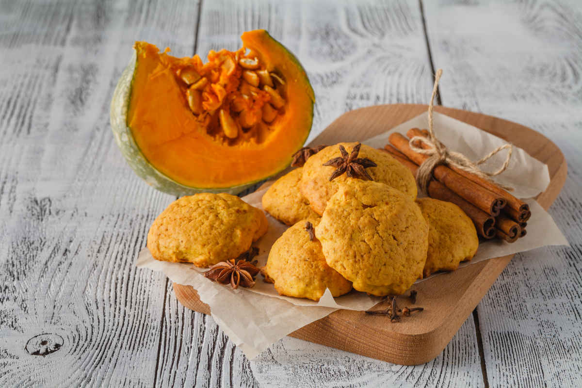 vassoio con diversi biscotti alla zucca