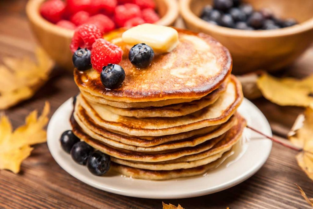 Piatto di pancake con frutti di bosco