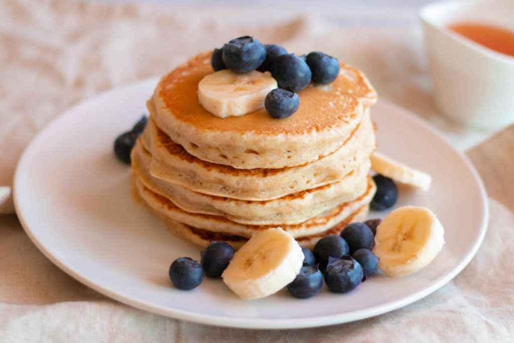 pancake vegano senza latte uova e burro con banane e mirtilli