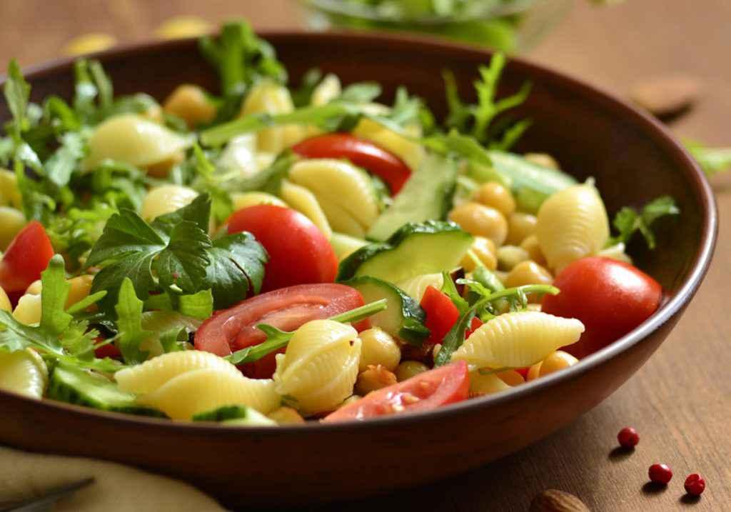 Pasta fredda con verdure, esempio di cosa portare in spiaggia da mangiare