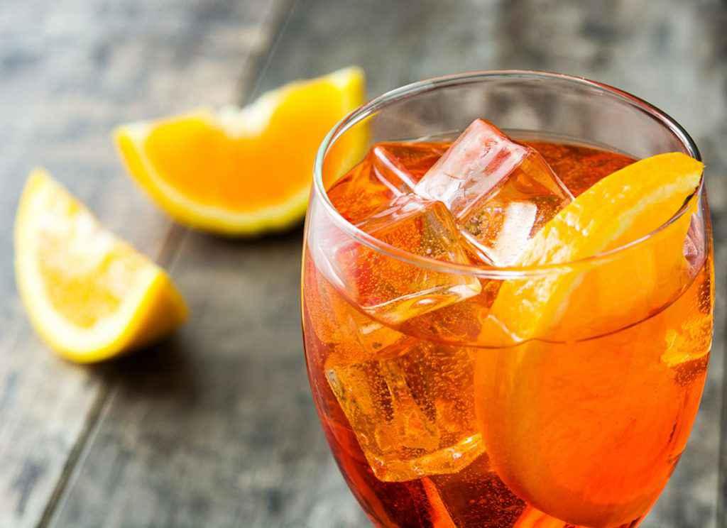 Bicchiere di spritz con arancia e ghiaccio