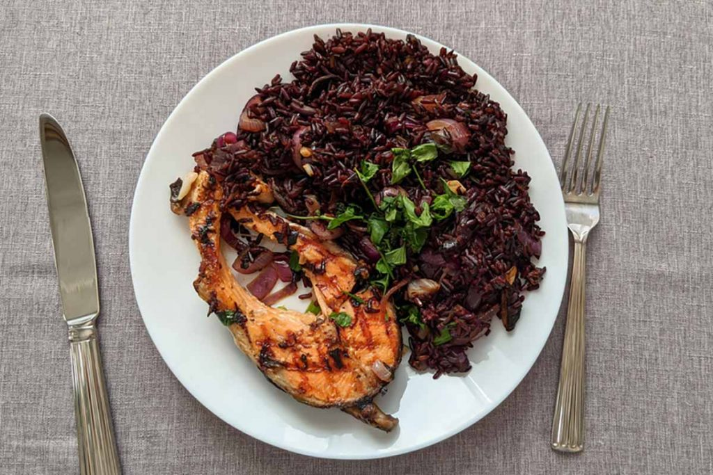 Riso venere con salmone, ricette per la notte di san lorenzo