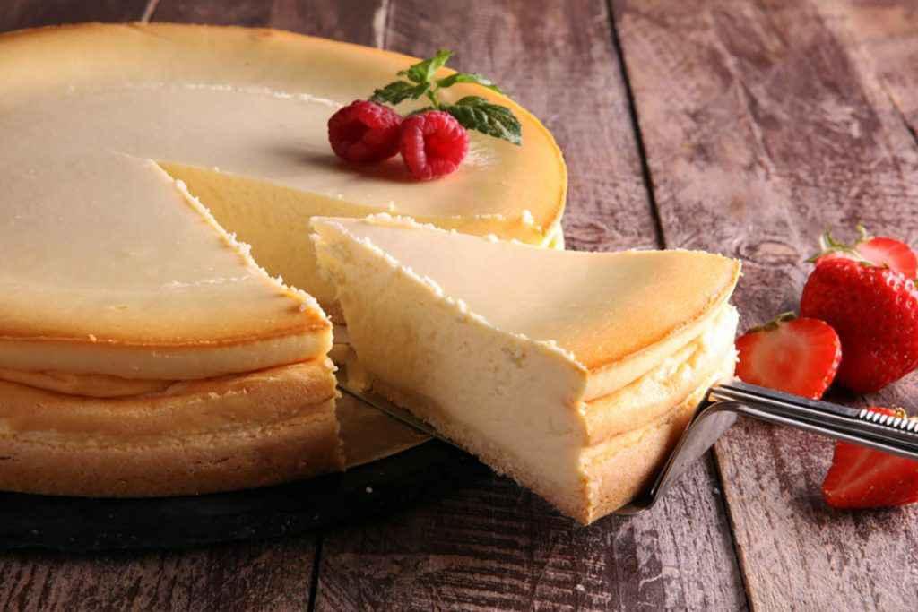 Ricetta della cheesecake con la ricotta e guarnizione di fragole