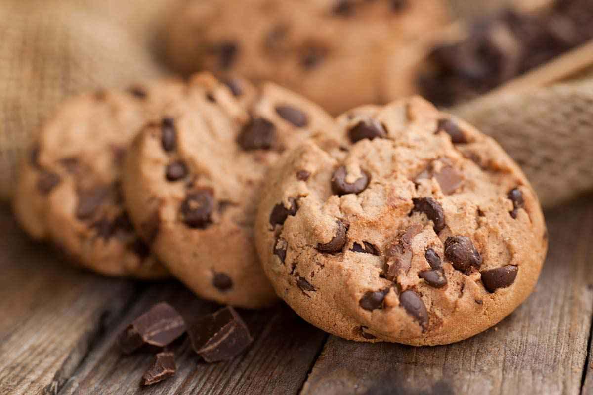 Biscotti al burro senza uova con gocce di cioccolato