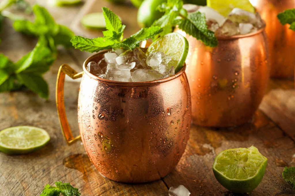 Boccale di rame con moscow mule, long drink