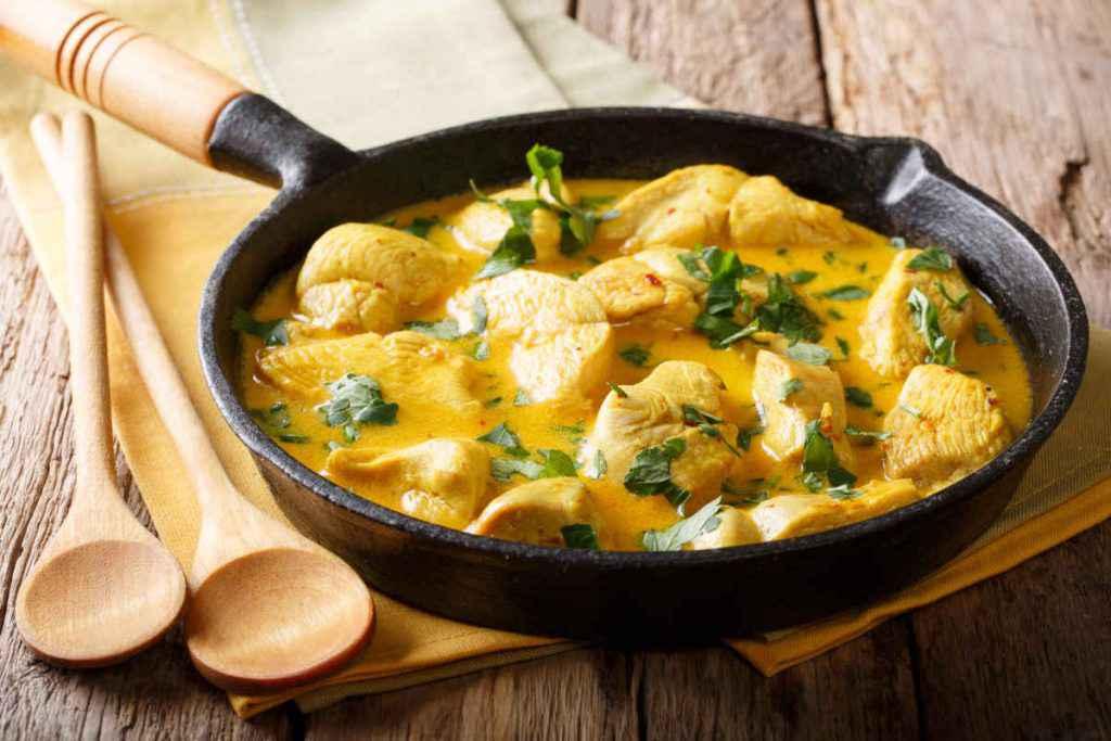 pollo al curry con latte di cocco thailandese