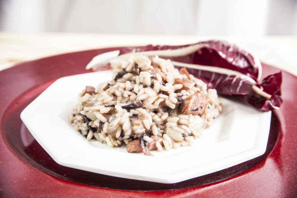 porzione di risotto radicchio e speck