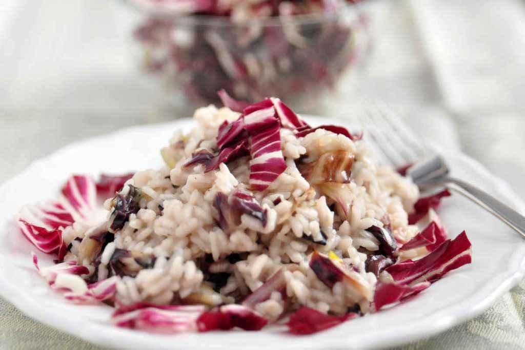 piatto con risotto radicchio e taleggio