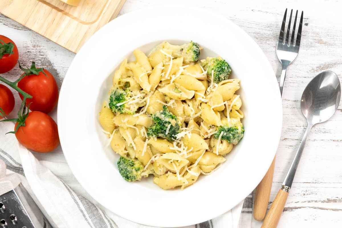 piatto con pasta e broccoli sempice