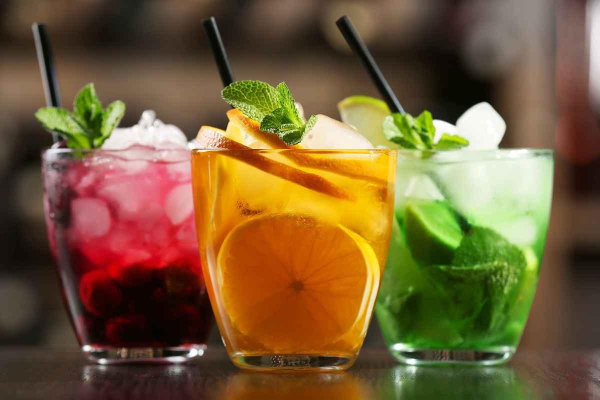 bicchieri di cocktail forti alcolici e analcolici