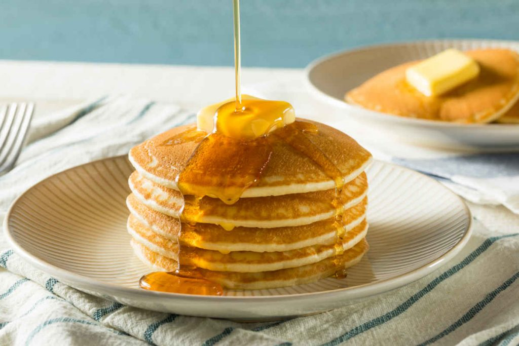 pancakes americani con burro e sciroppo di acero