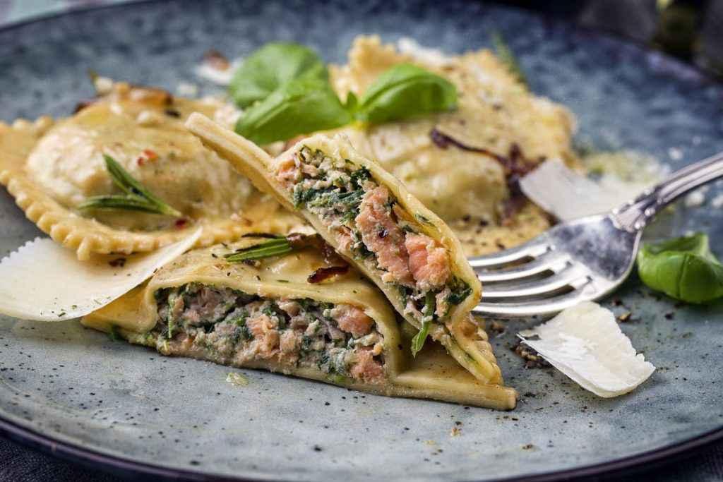 ravioli ripieni di spinaci e salmone
