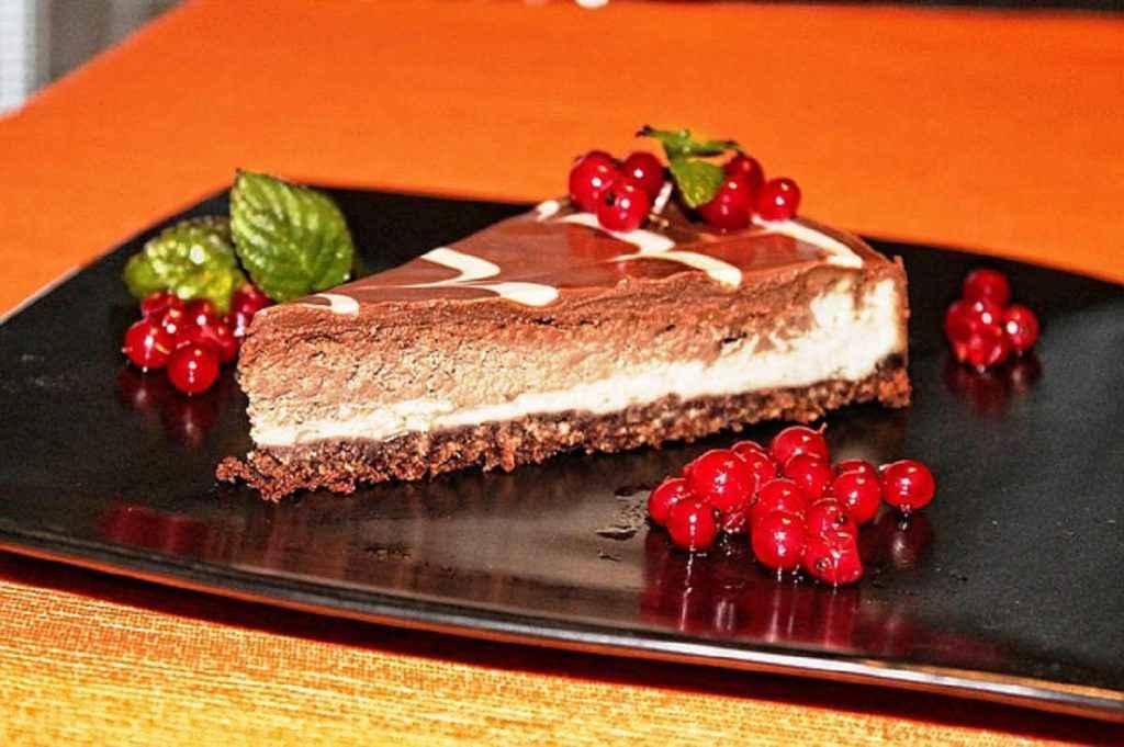 fetta di cheesecake al cioccolato