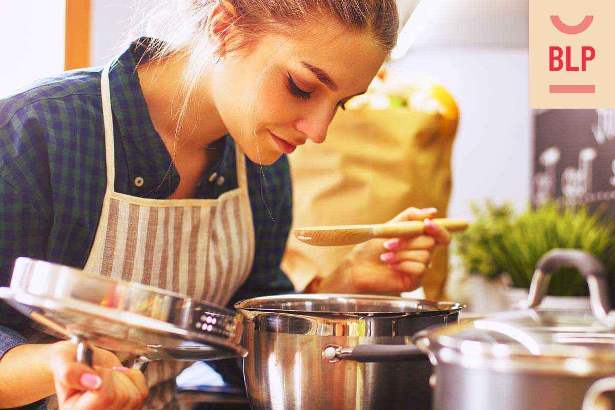 Cosa cucino stasera: donna ai fornelli che prepara la cena